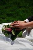 Flor e anéis do casamento fotografia de stock royalty free