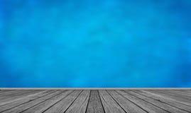 Flor e cielo blu di legno Immagine Stock