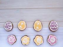 Flor e cookies dadas forma ovo da Páscoa Fotografia de Stock Royalty Free