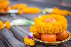 Flor e laranja inclusivas de oferecimento sacrificiais fotografia de stock royalty free
