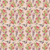A flor e a pena envolvem o teste padrão sem emenda com fundo roxo Imagem de Stock Royalty Free