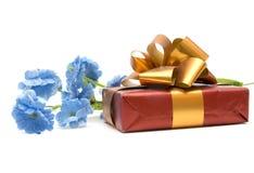 Flor e presente Fotografia de Stock Royalty Free