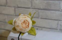 Flor elegante en la máquina de coser Imagen de archivo