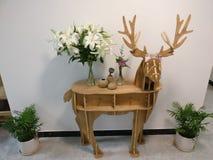 Flor en ciervos detrás foto de archivo