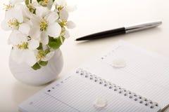 Flor en el cuaderno Fotografía de archivo libre de regalías