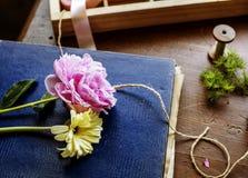 Flor en el libro de la cubierta fotos de archivo