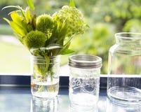 Flor en el tarro de cristal con el fondo del bokeh Fotos de archivo libres de regalías