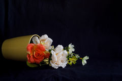 Flor en florero amarillo Fotos de archivo