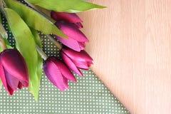Flor en fondo de madera Fotos de archivo