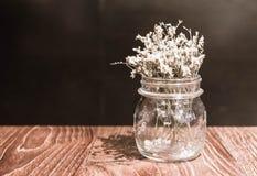 flor en la decoración del florero en la tabla dinning Foto de archivo libre de regalías