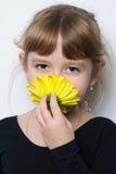 flor en las manos de muchachas lindas Imagen de archivo libre de regalías