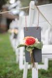 Flor en las sillas blancas de la boda Foto de archivo libre de regalías
