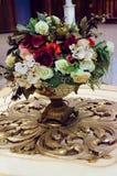 Flor en tarro de lujo en la tabla de lujo Fotografía de archivo