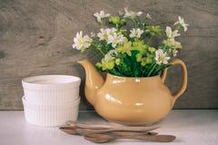 Flor en un té amarillo po Fotos de archivo libres de regalías