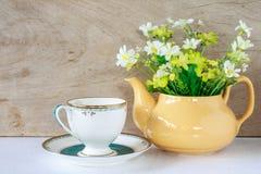 Flor en un té amarillo po Foto de archivo