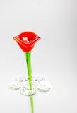 Flor feita do vidro na cor vermelha e azul no vaso no backg cinzento imagem de stock