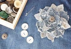Flor feito a mão da sarja de Nimes na sarja de Nimes azul foto de stock
