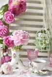 A flor fresca da peônia na sapata deu forma ao vaso da porcelana foto de stock royalty free