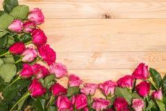 Flor fresca da rosa do rosa na plataforma de madeira Para o amor ou o dia de são valentim Imagens de Stock