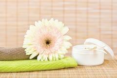 Flor fresca y producto para el cuidado de la piel Fotografía de archivo libre de regalías