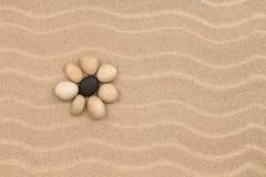 Flor hecha de piedras en las dunas de arena Fotografía de archivo libre de regalías