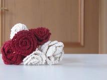Flor hecha a mano roja y blanca del ganchillo Foto de archivo libre de regalías