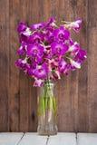 Flor hermosa de las orquídeas del ramo en la tabla de madera Fotografía de archivo