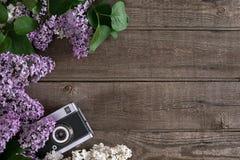 Flor lilás no fundo de madeira rústico com espaço vazio para a mensagem de cumprimento Câmera velha Vista superior Foto de Stock
