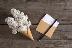 Flor lilás no fundo de madeira rústico com espaço vazio para a mensagem de cumprimento Envelope pequeno Vista superior Foto de Stock