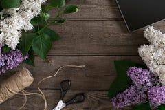 Flor lilás no fundo de madeira rústico com espaço vazio para a mensagem de cumprimento Vista superior Imagem de Stock Royalty Free