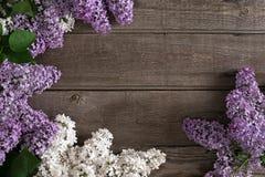 Flor lilás no fundo de madeira rústico com espaço vazio para a mensagem de cumprimento Vista superior Foto de Stock
