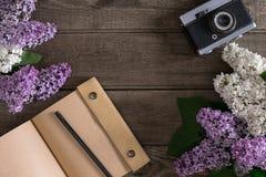 Flor lilás no fundo de madeira rústico com o caderno para a mensagem de cumprimento Vista superior Foto de Stock