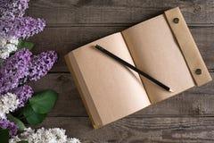 Flor lilás no fundo de madeira rústico com o caderno para a mensagem de cumprimento Vista superior Imagem de Stock