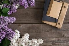 Flor lilás no fundo de madeira rústico com o caderno para a mensagem de cumprimento Vista superior Imagens de Stock