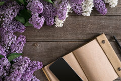 Flor lilás no fundo de madeira rústico com o caderno para a mensagem de cumprimento Vista superior Imagens de Stock Royalty Free