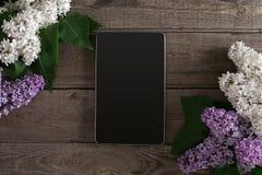 Flor lilás no fundo de madeira rústico, tabuleta com espaço vazio para a mensagem de cumprimento Vista superior Imagens de Stock Royalty Free