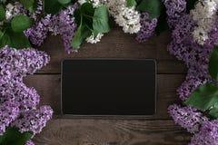 Flor lilás no fundo de madeira rústico, tabuleta com espaço vazio para a mensagem de cumprimento Vista superior Imagem de Stock Royalty Free