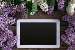Flor lilás no fundo de madeira rústico, tabuleta com espaço vazio para a mensagem de cumprimento Vista superior Fotografia de Stock Royalty Free