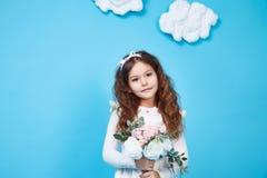 Flor linda de la sonrisa de la niña del vestido de la moda de los niños de los niños Foto de archivo libre de regalías