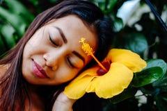 Flor loving do hibiscus da menina bonita Flor amarela do hibiscus, conceito dos termas Imagens de Stock Royalty Free