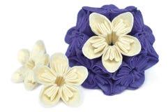 Flor púrpura y blanca del kusudama de la papiroflexia Imágenes de archivo libres de regalías