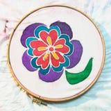 Flor pintado à mão na lona de seda branca Fotografia de Stock Royalty Free