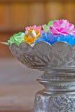 Flor plástica na bandeja com suporte Imagem de Stock Royalty Free