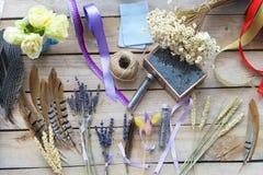 Flor que decora fontes com fita Imagens de Stock Royalty Free