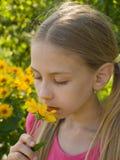 Flor que huele de la muchacha Fotos de archivo