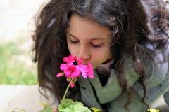 Flor que huele de la muchacha fotografía de archivo libre de regalías