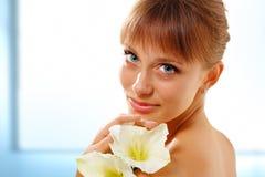 Flor que huele de la muchacha adolescente hermosa Foto de archivo