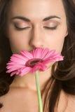 Flor que huele de la mujer fotos de archivo libres de regalías
