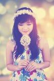 Flor que se besa de la muchacha con el fondo del bokeh Imágenes de archivo libres de regalías