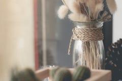 Flor secada no vaso, ramalhete de flores secadas no vaso Fotos de Stock